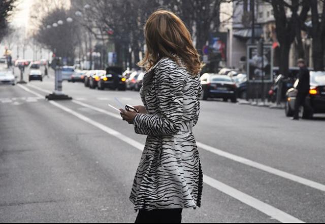 26.01.2010-Moda-das-Ruas-Particularidades-dos-frequentadores-da-Semana-de-Moda-de-Paris-Glam-Rock-Estampas-de-peles-de-animais-detaque-para-versão-zebra-Domínio-da-Moda